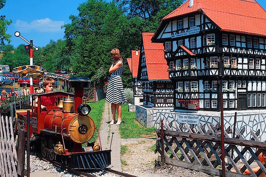 Kindereisenbahn und Miniaturdorf