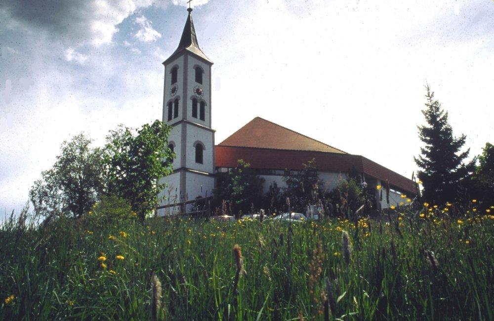 Blick auf die Pfarrkirche in Arrach-Haibühl im Lamer Winkel