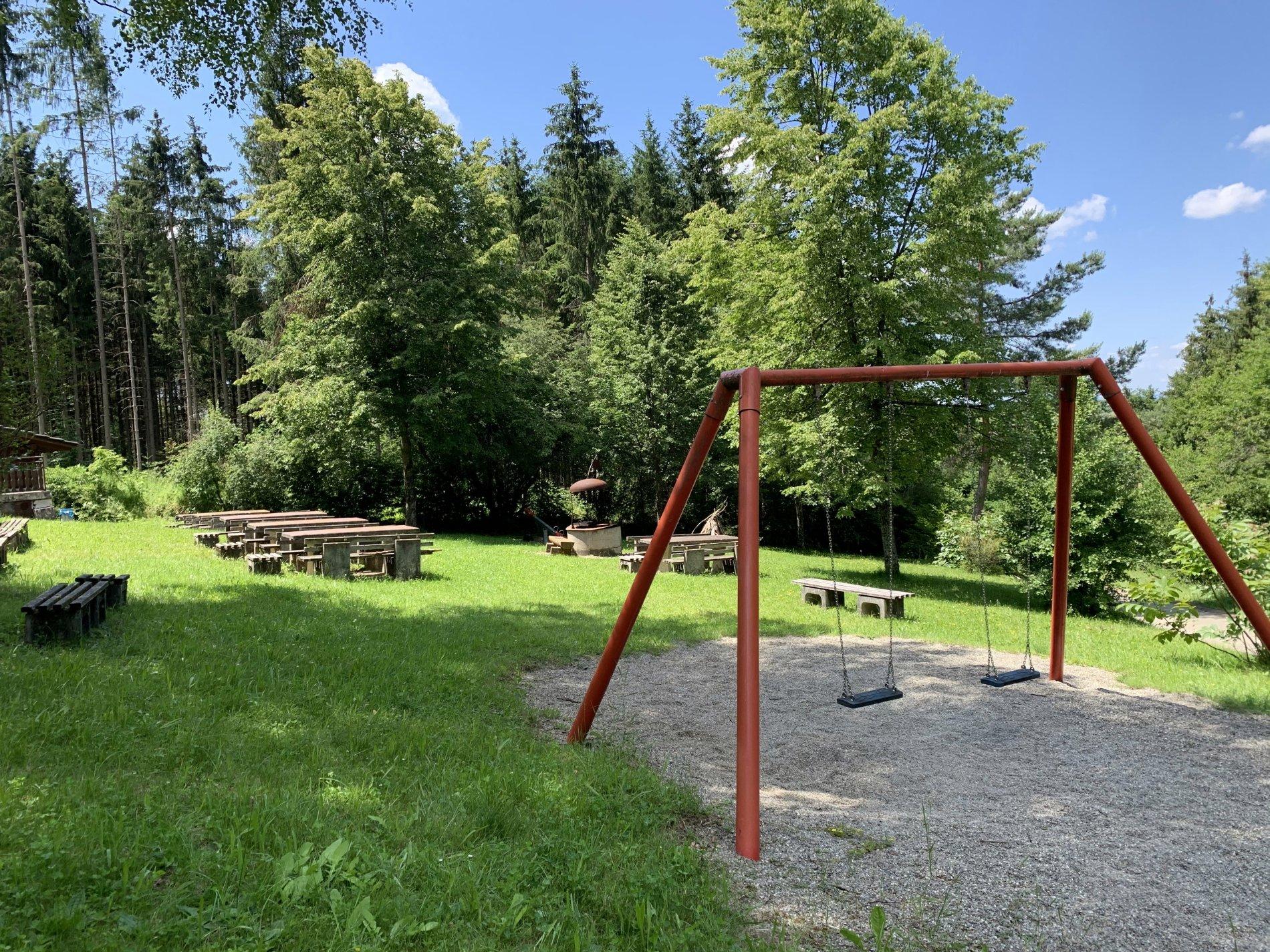 """Spielplatz """"Hörnle"""" mit Schaukel und Sitzbänken"""