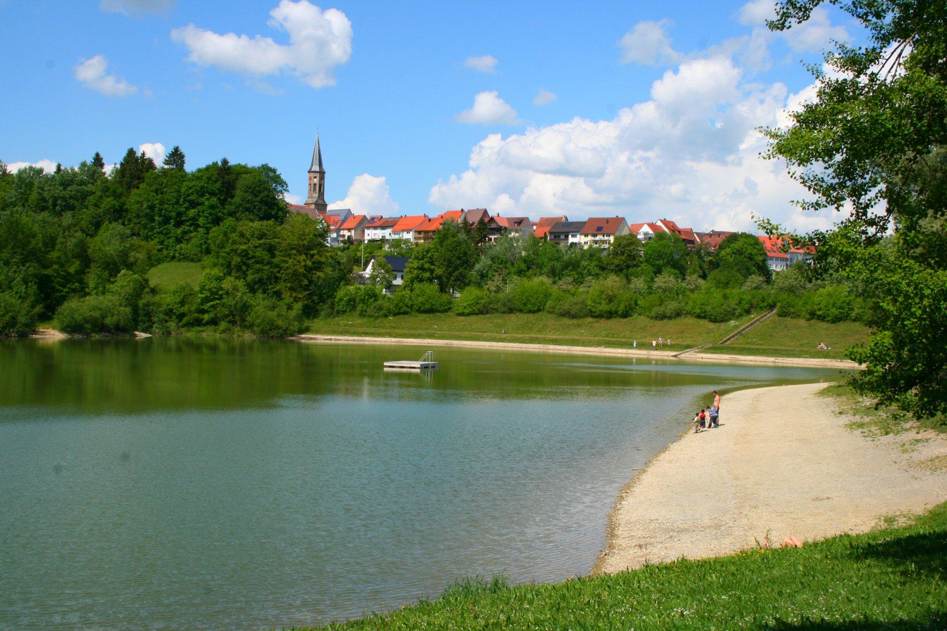 Blick auf Schömberg über den Stausee