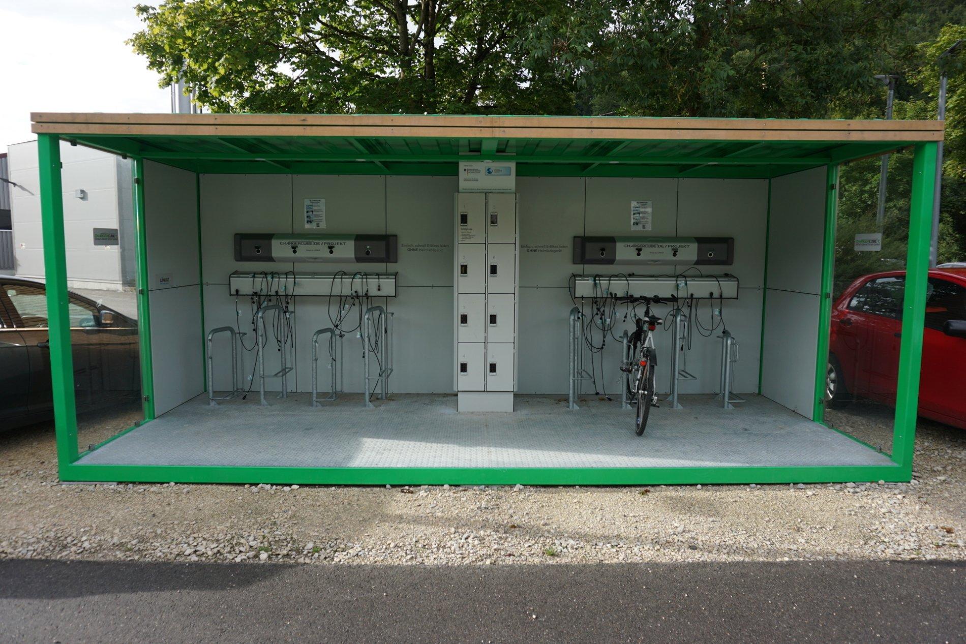 eine grüne E-Bike Ladestation mit verschiedenen Anschlüssen