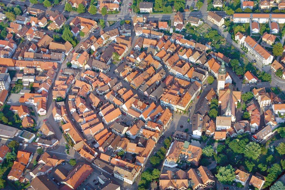 Luftaufnahme der mittelalterlichen Marktstadt Haslach im Kinzigtal