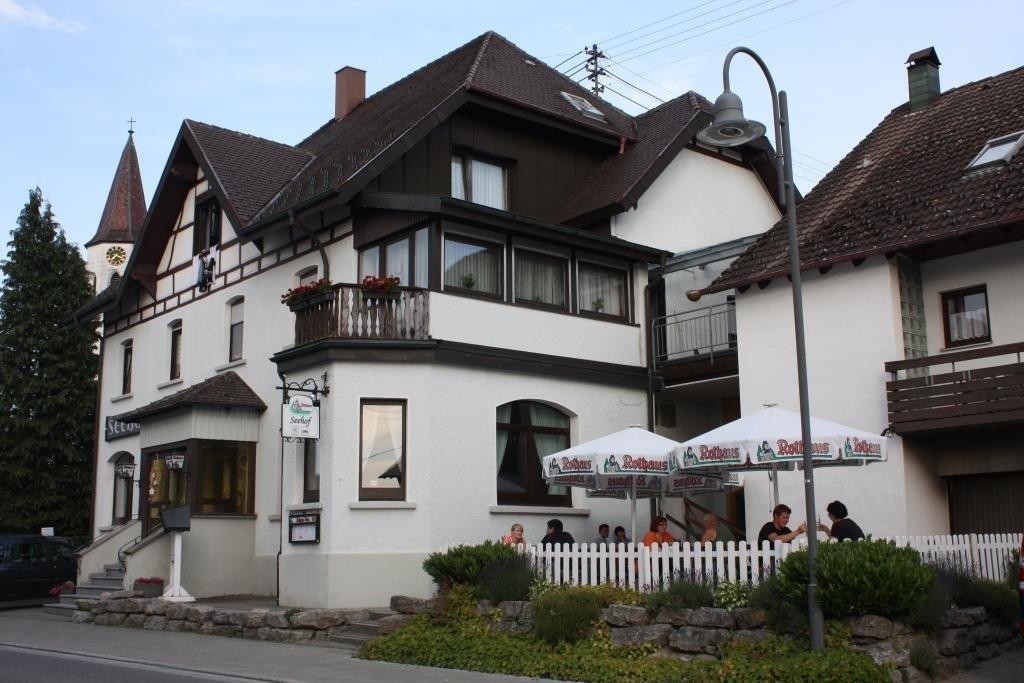 Das Gasthaus Seehof mit Terrasse