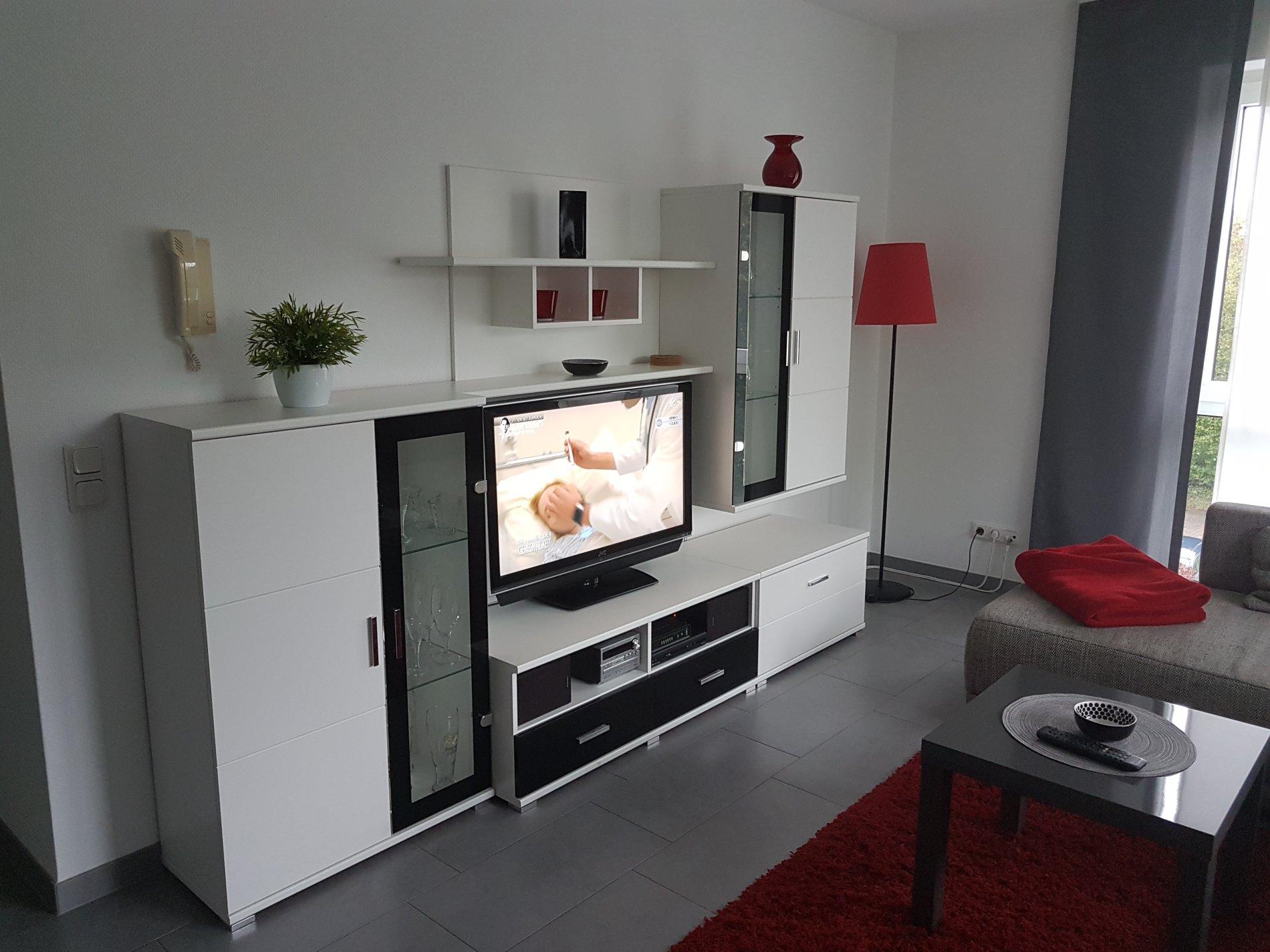 Wohnzimmer mit Wohnwand und Fernseher