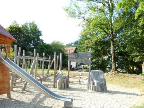 Spielplatz Rutsche und Klettergerüst