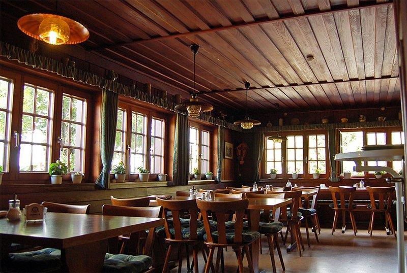 Bernau im Schwarzwald: Blick in den Gastraum der Krunkelbachhütte, eine Vesperstube nahe des Herzogenhorns. Foto: Heike Budig
