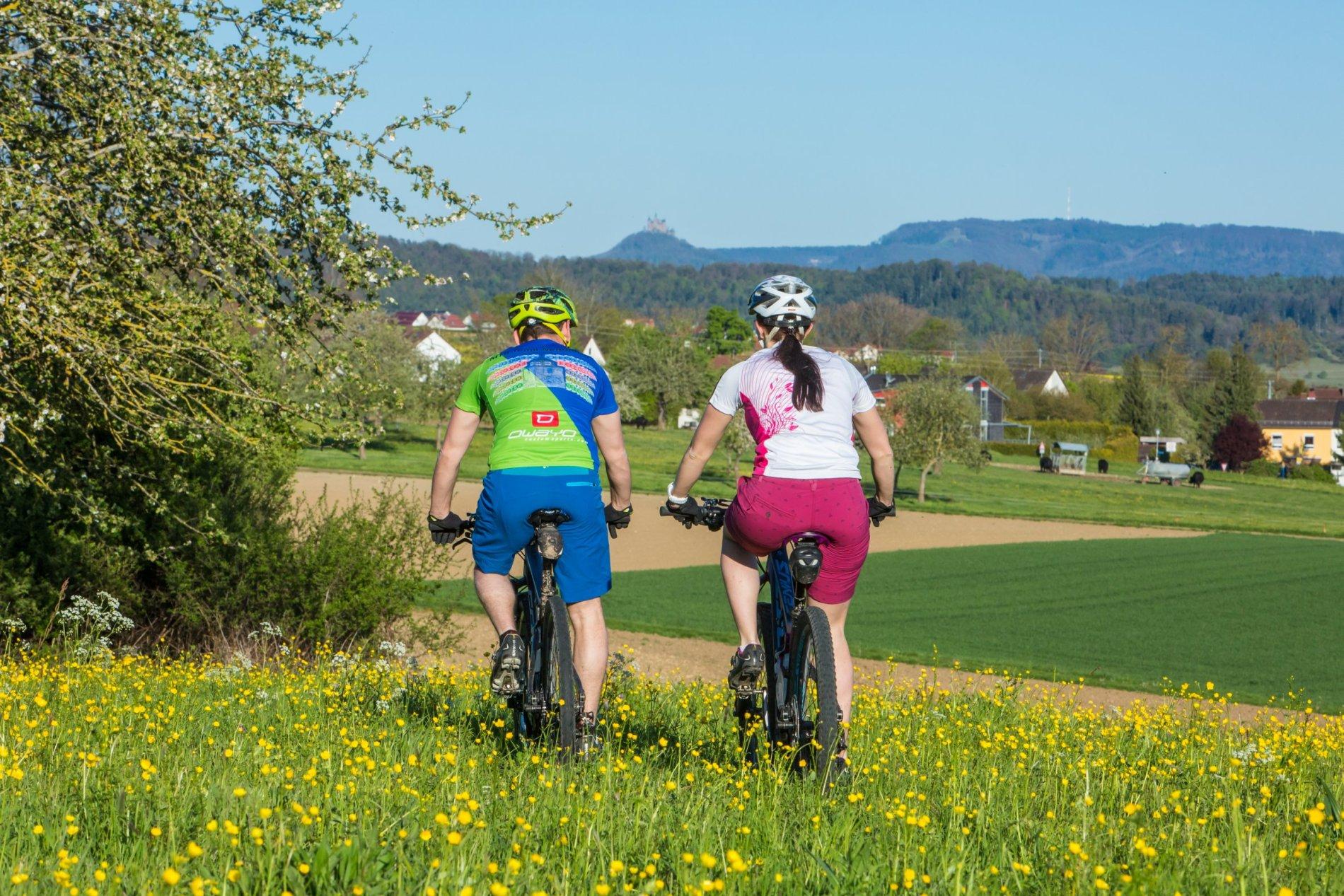 Radfahrer bei Haigerloch - im Hintergrund Burg Hohenzollern