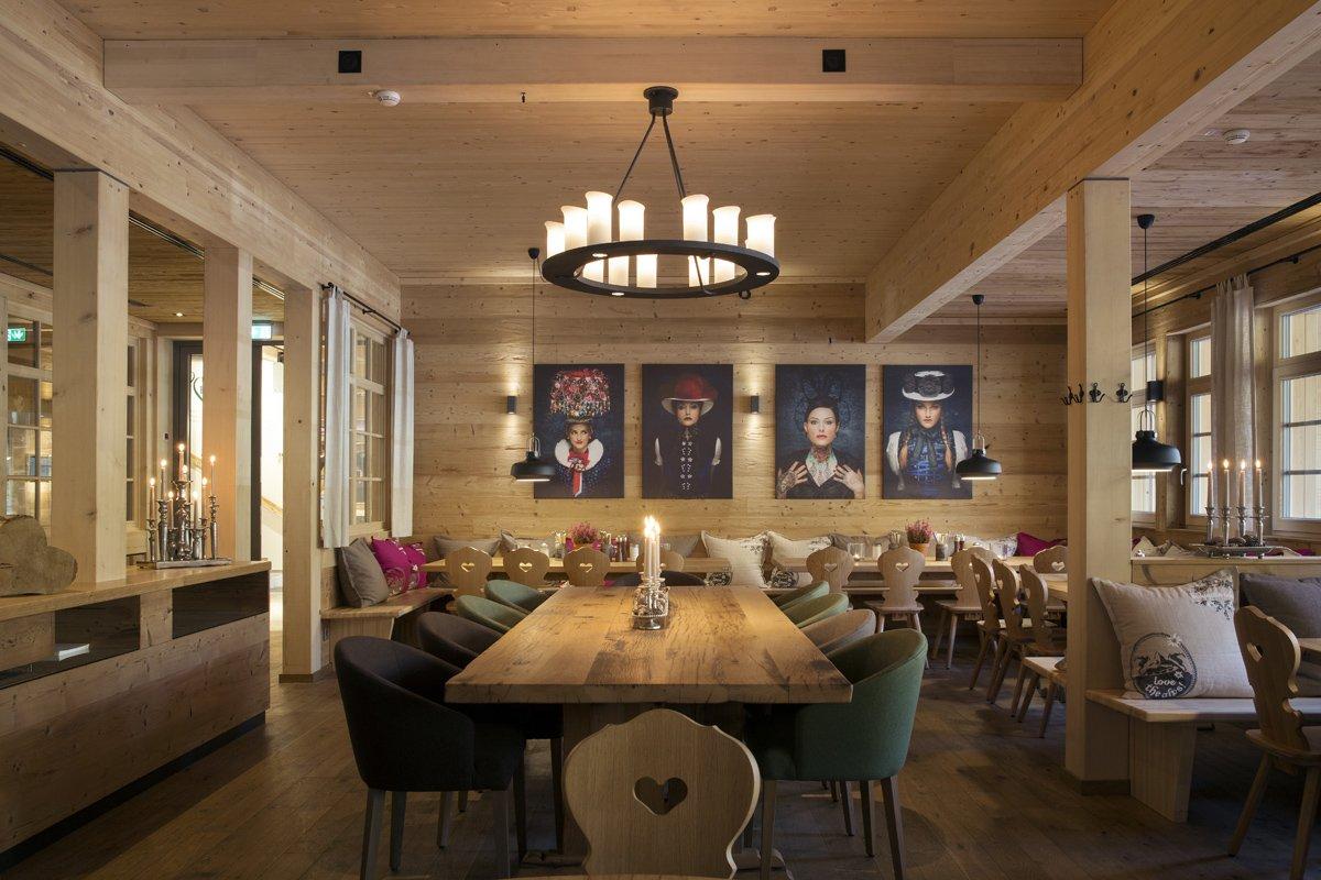 Essbereich mit hölzernen Tischen, Stühlen & Wänden