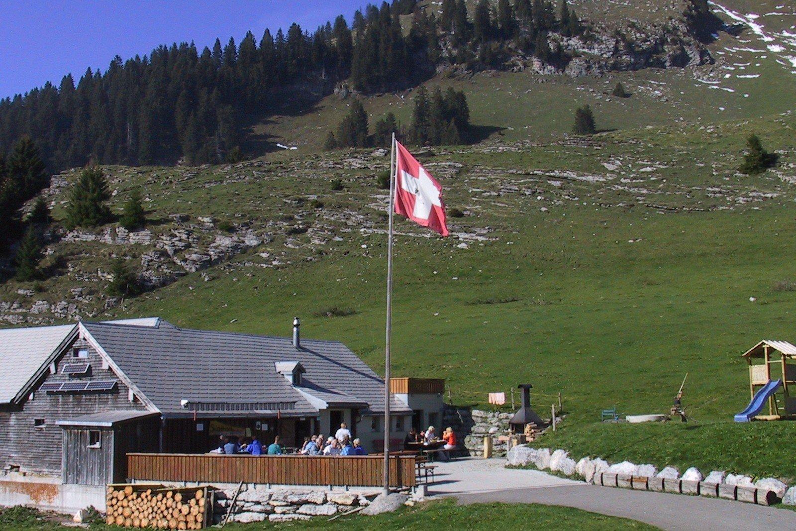 Neben der Skiclubhütte Altschen, welche sich auf dem Wanderweg in Richtung Vordere Höhi befindet, steht ein Spielplatz mit Sandkasten, Schaukel, Rutschbahn und Spielturm.