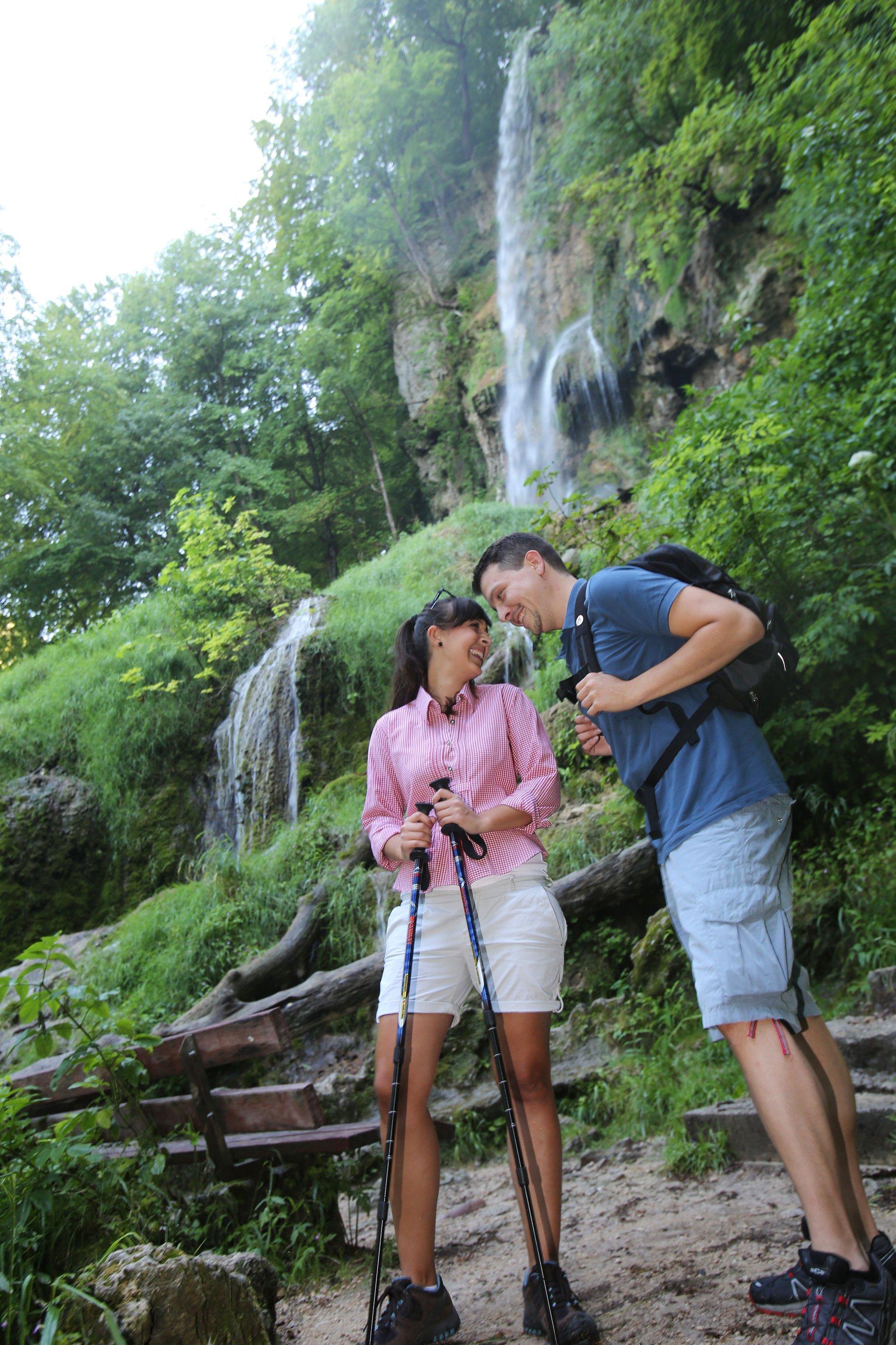 Der Weg führt am Wasserfall vorbei