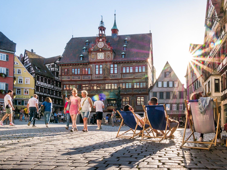 Ansicht der Kornhausstraße in der Tübinger Altstadt mit Fachwerkhäusern, Geschäften und bummelnden Menschen