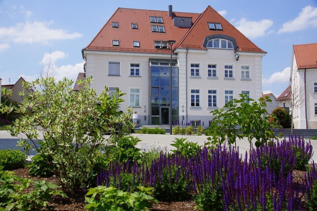 Rathaus Ostrach mit Blumenbepflanzung im Vordergrund