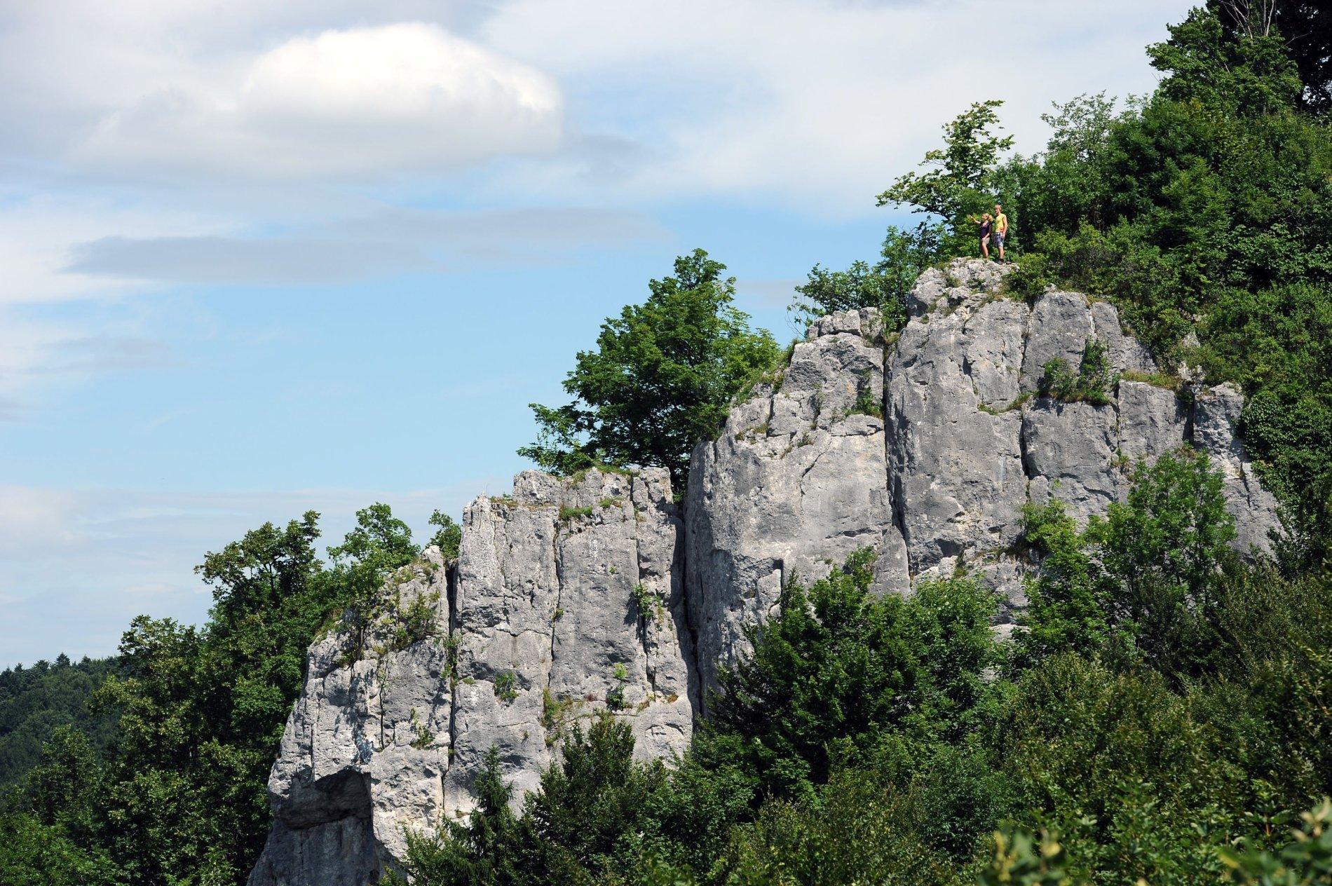 Gigantischer Schlossfelsen am Traufgang Schlossfelsenpfad in Albstadt