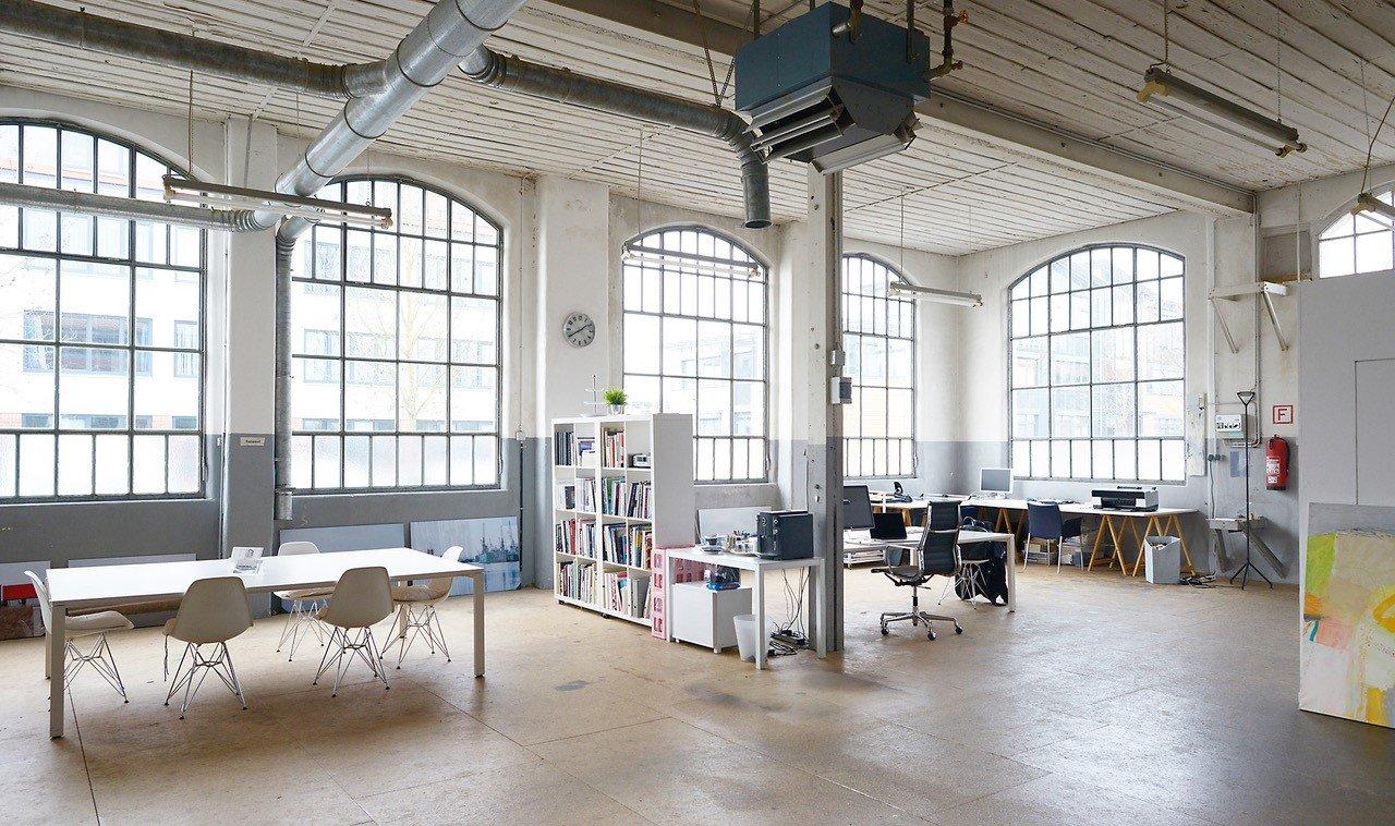 Innenbereich des Atelier Hendricks mit deckenhohen Fenstern