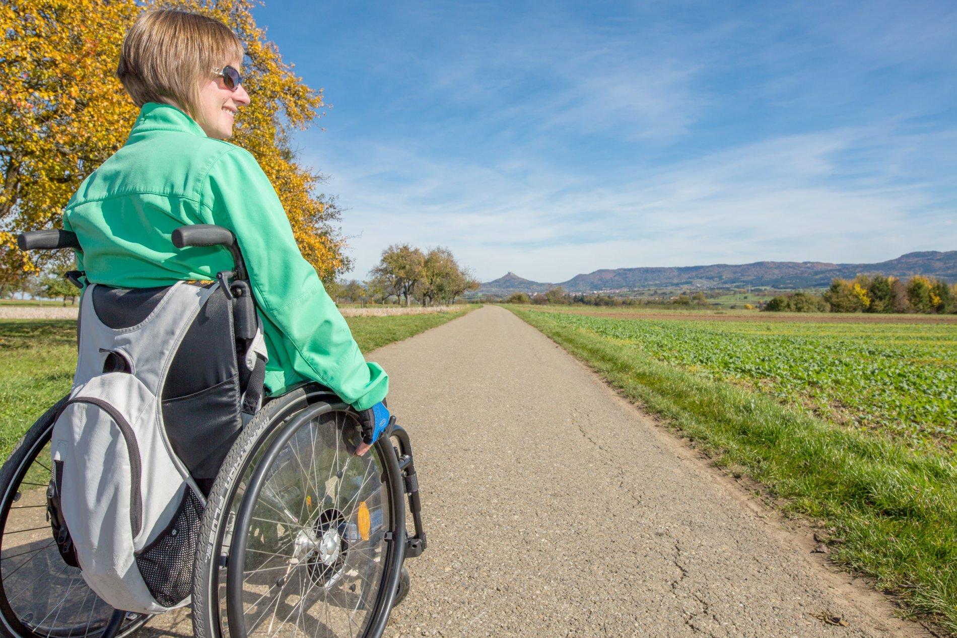 Rollstuhlfahrer machen Rast bei Ostdorf