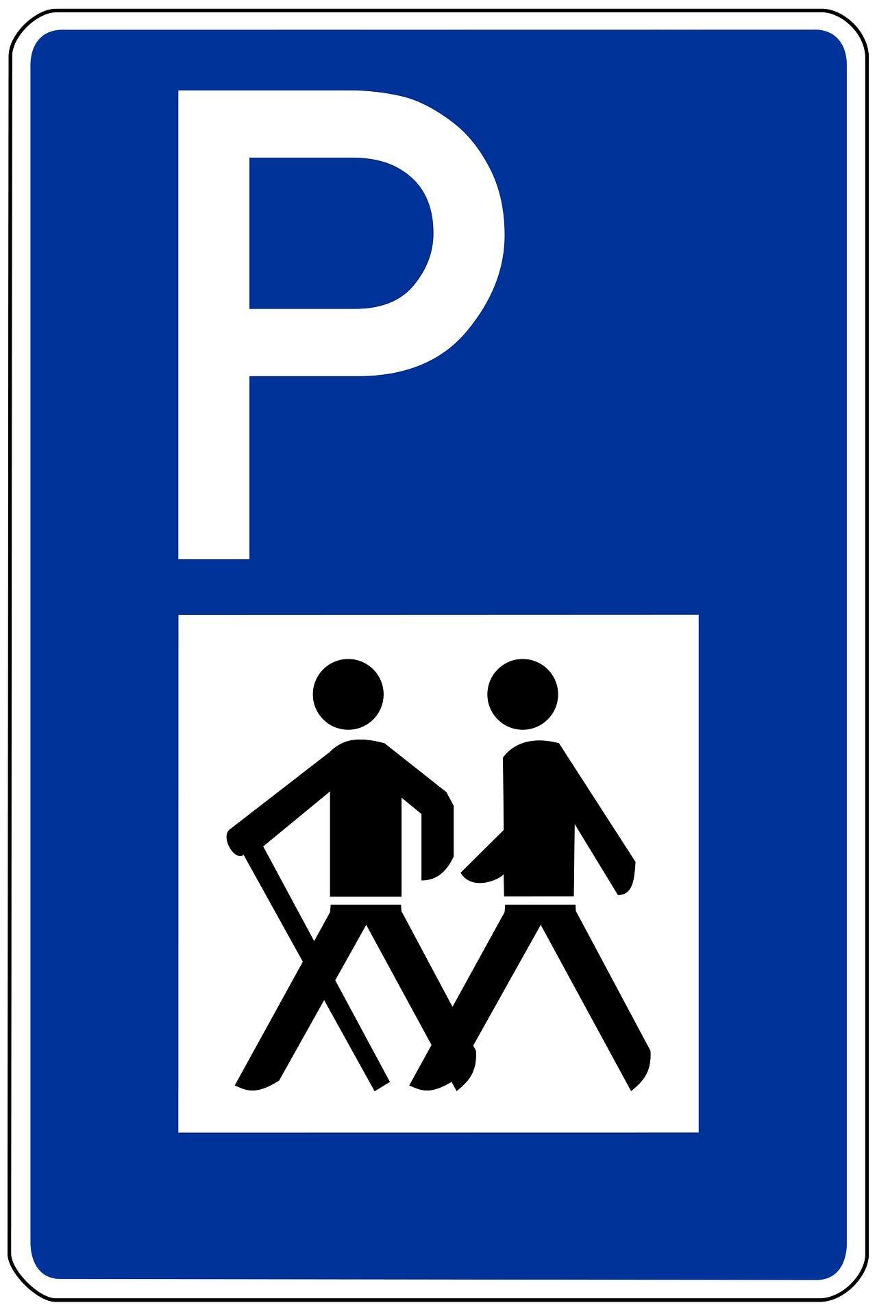 Blaues Schild mit einem weißen P und Wanderern