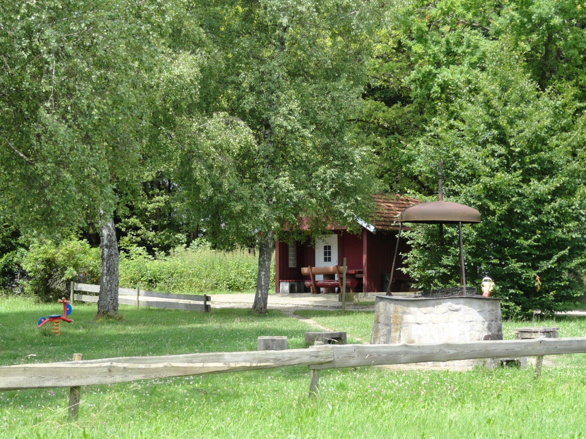 Grillplatz mit Hütte und Spielgeräten