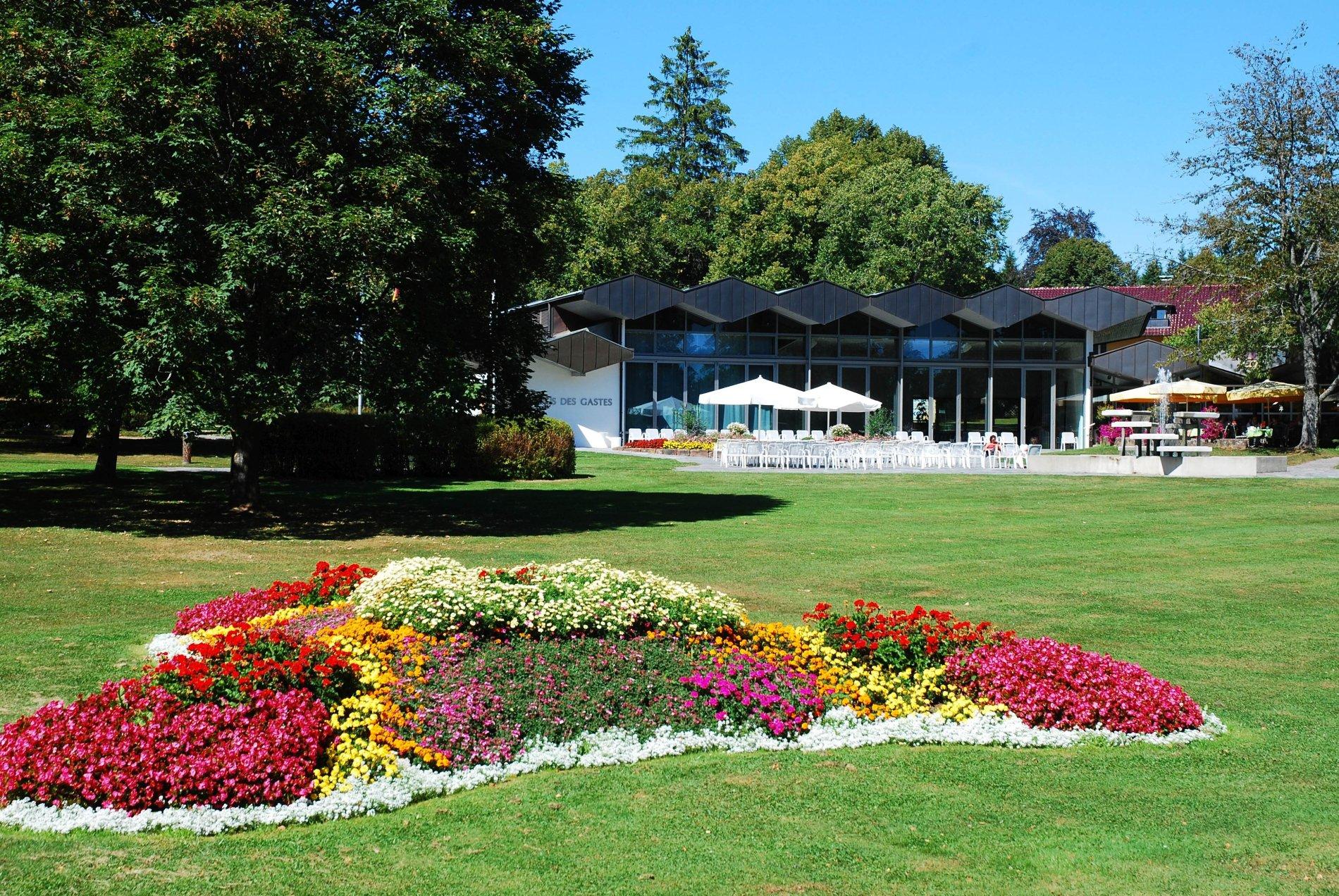 Haus des Gastes Königsfeld mit bunten Blumenrabatten