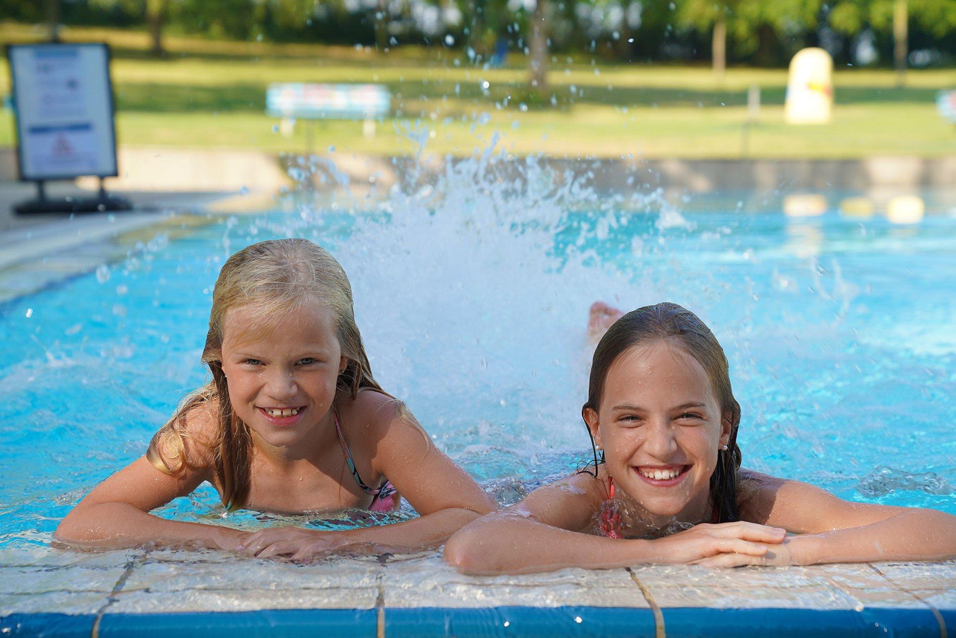 Kinder spielen im Außenbecken vom Freizeitbad aquarado