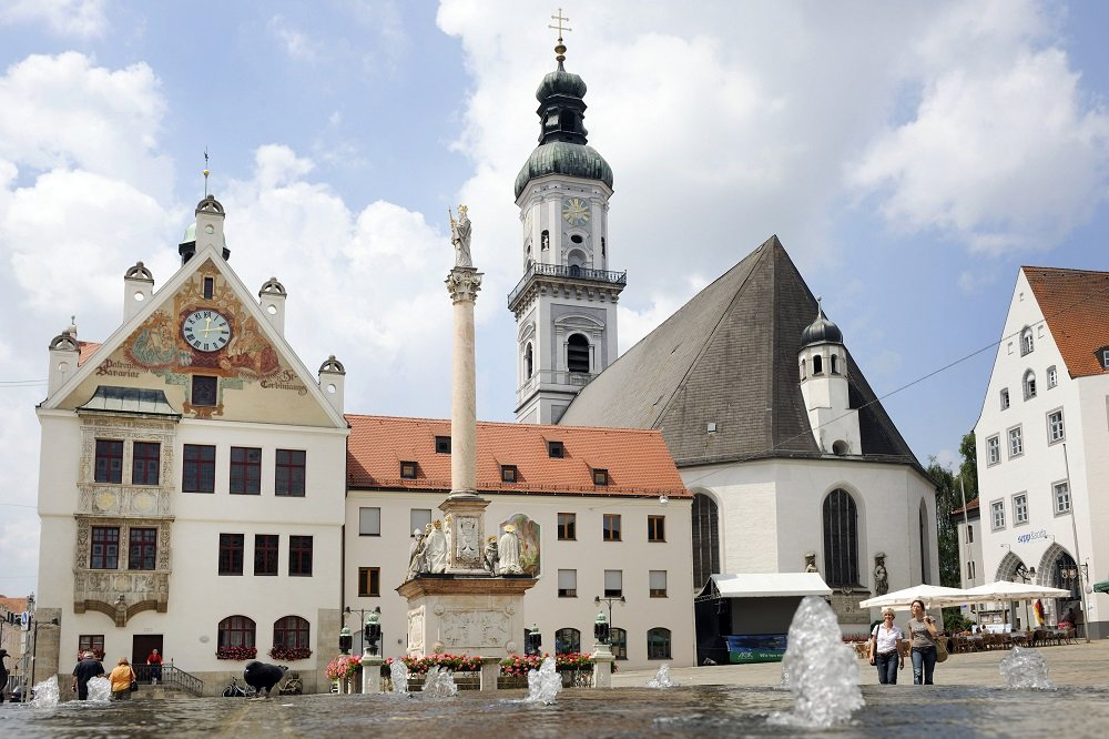Marienplatz mit Mariensäule und Rathaus in Freising
