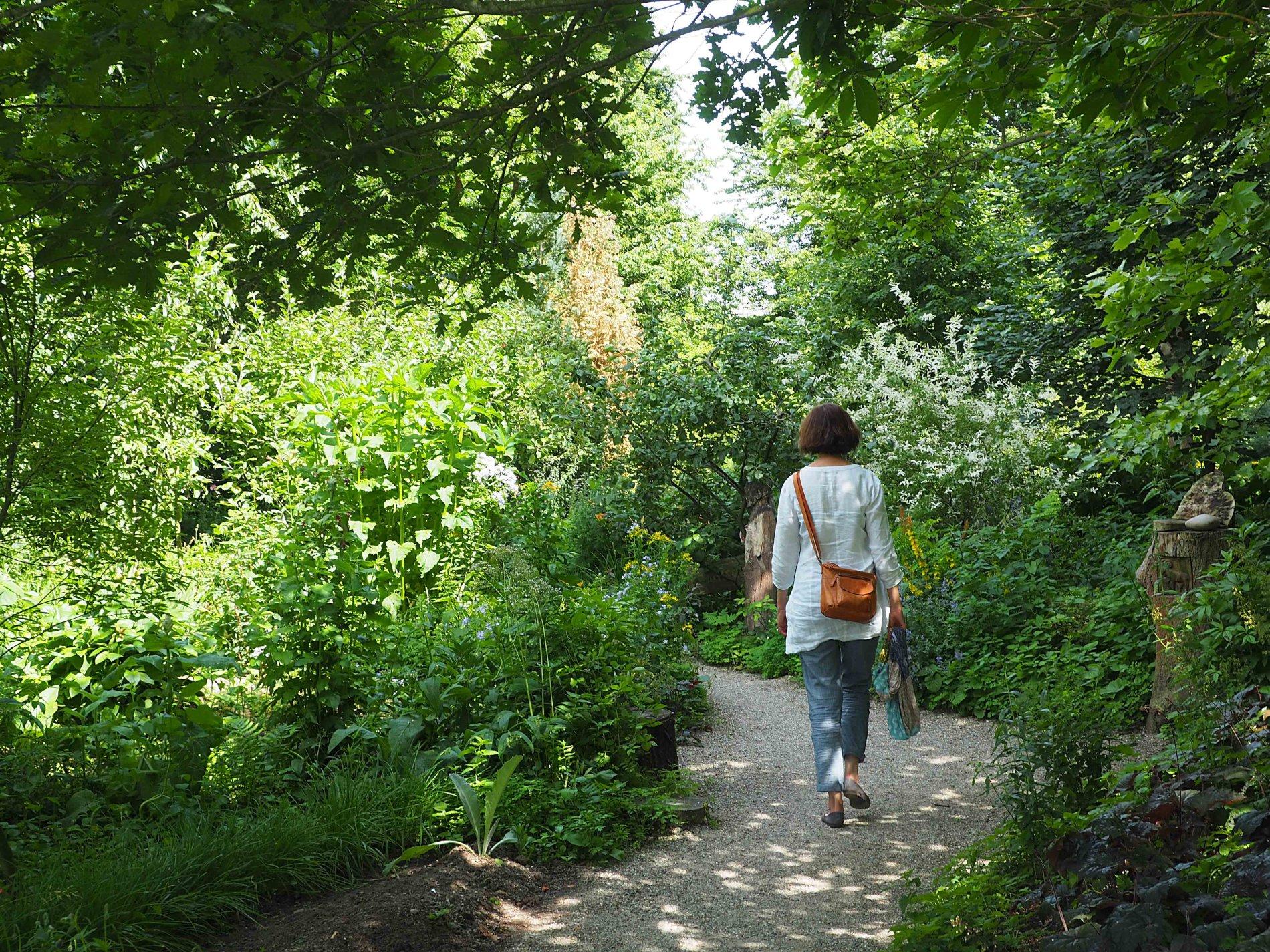 Frau spaziert durch den Kräutergang
