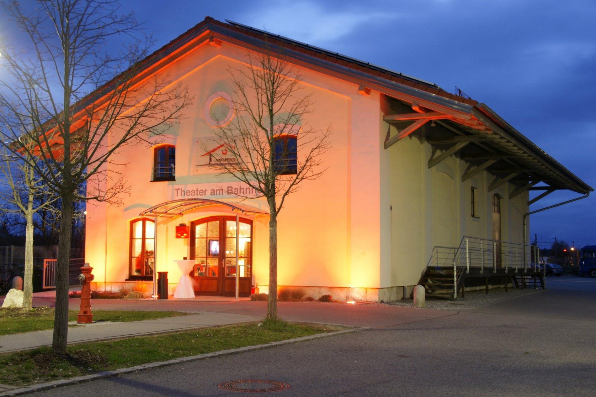 Theater am Bahnhof in Abensberg bei Nacht