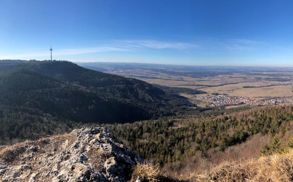 Blick vom hohen Felsen auf den Plettenberg und auf das Albvorland