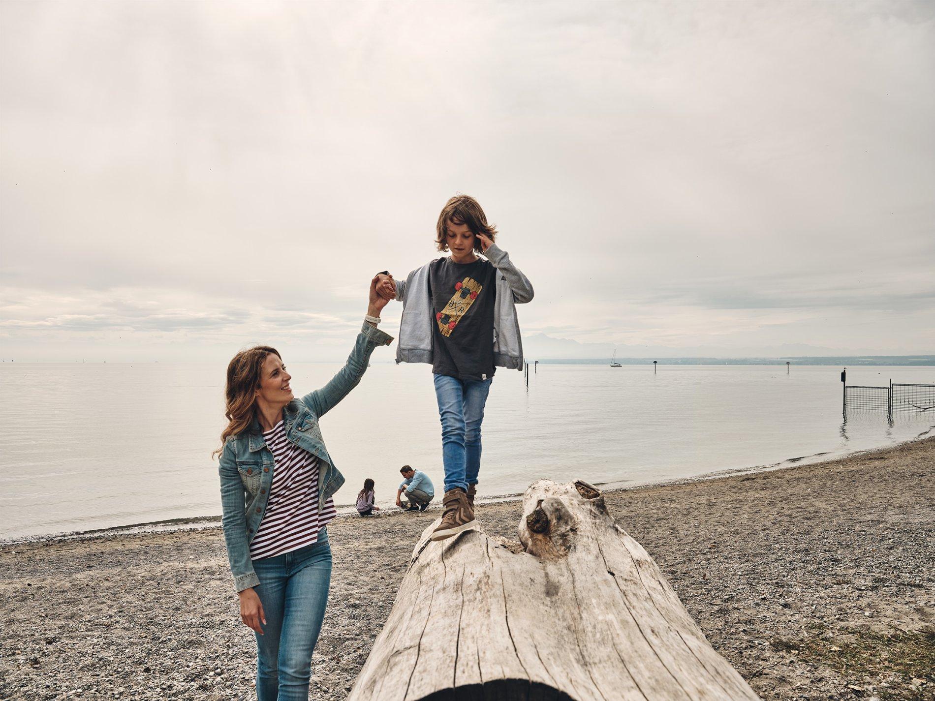 Familie auf der Spiellädine am See