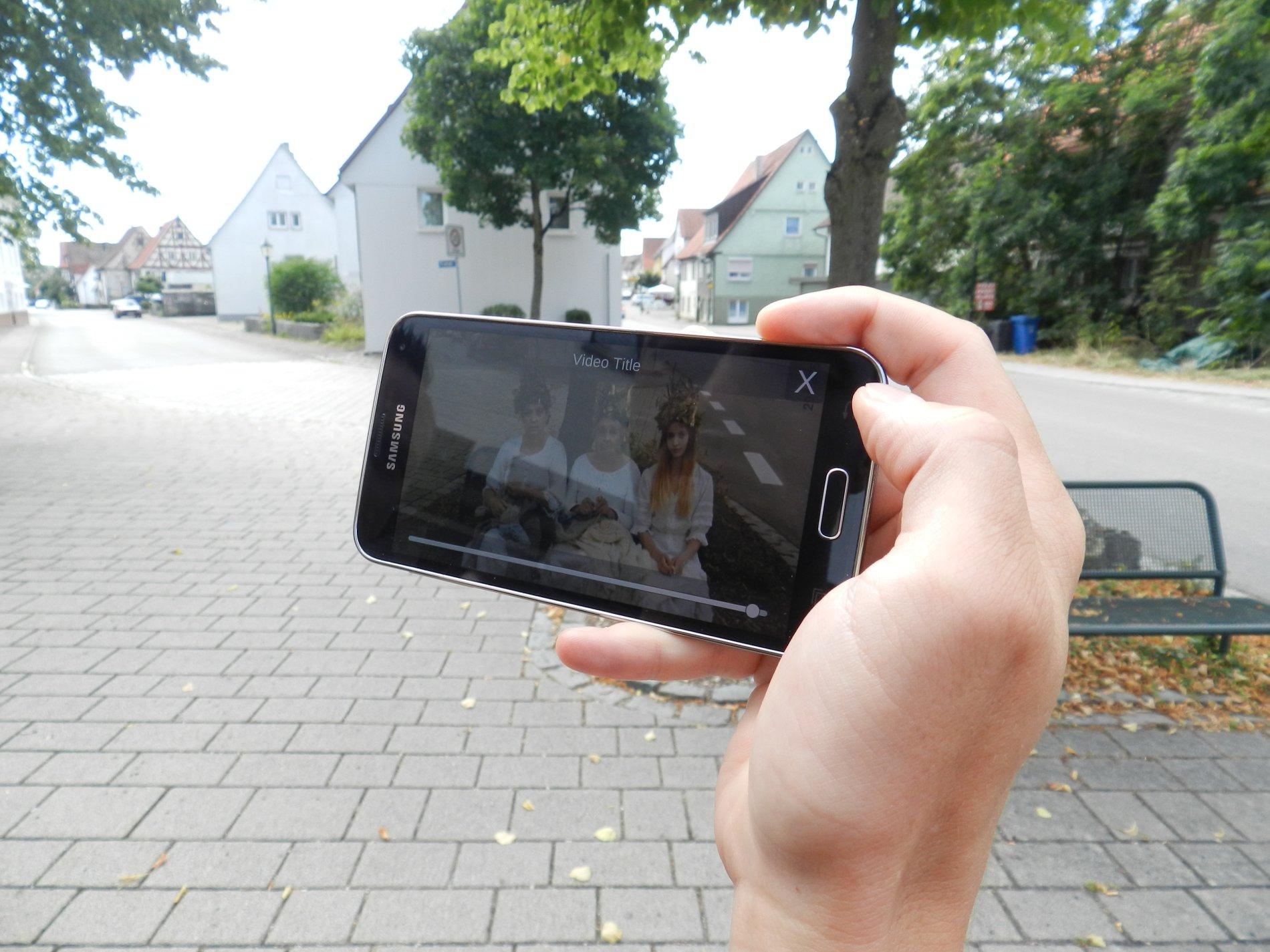 ein Video des Hikes läuft, im Hintergrund sieht man die Original-Location