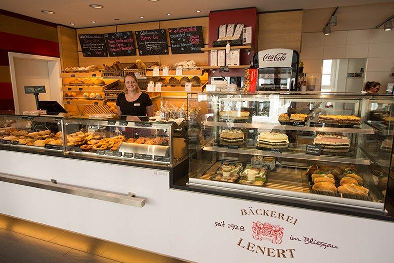 Verkaufstresen mit Auslage der Café Bäckerei Lenert