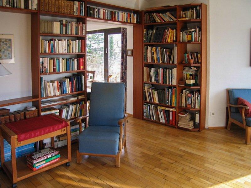Bücherschränke mit Lesesessel