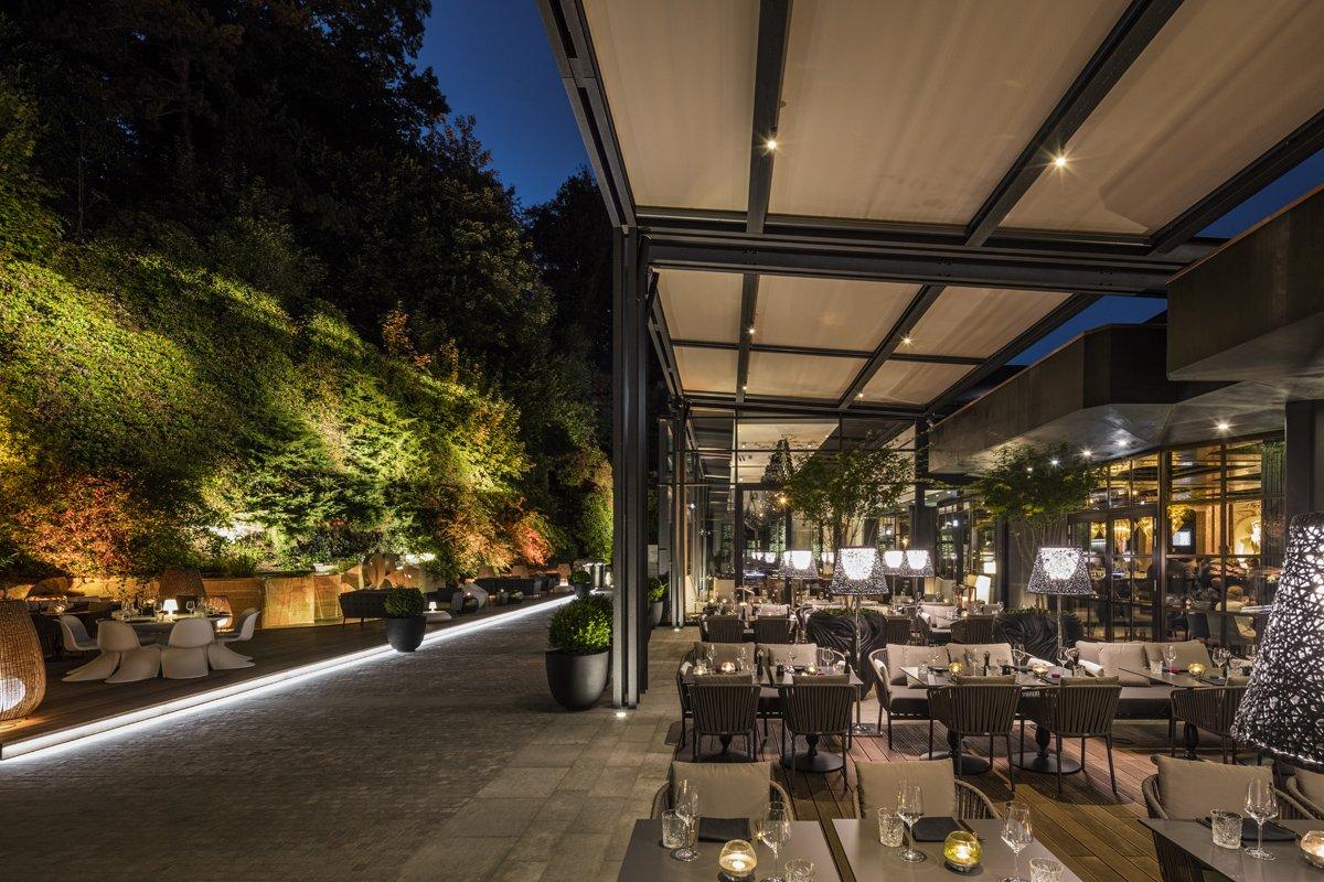 Angenehm beleuchteter Außenbereich und Terrasse am Abend