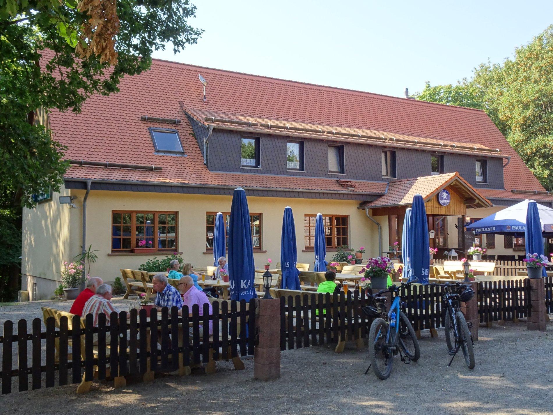 Biergarten mit blauen Sonnenschirmen