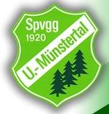 Logo der Spvgg, Wappen mit weißer SChrift auf grünem Untergrund, unten rechts stehen zwei Nadelbäume