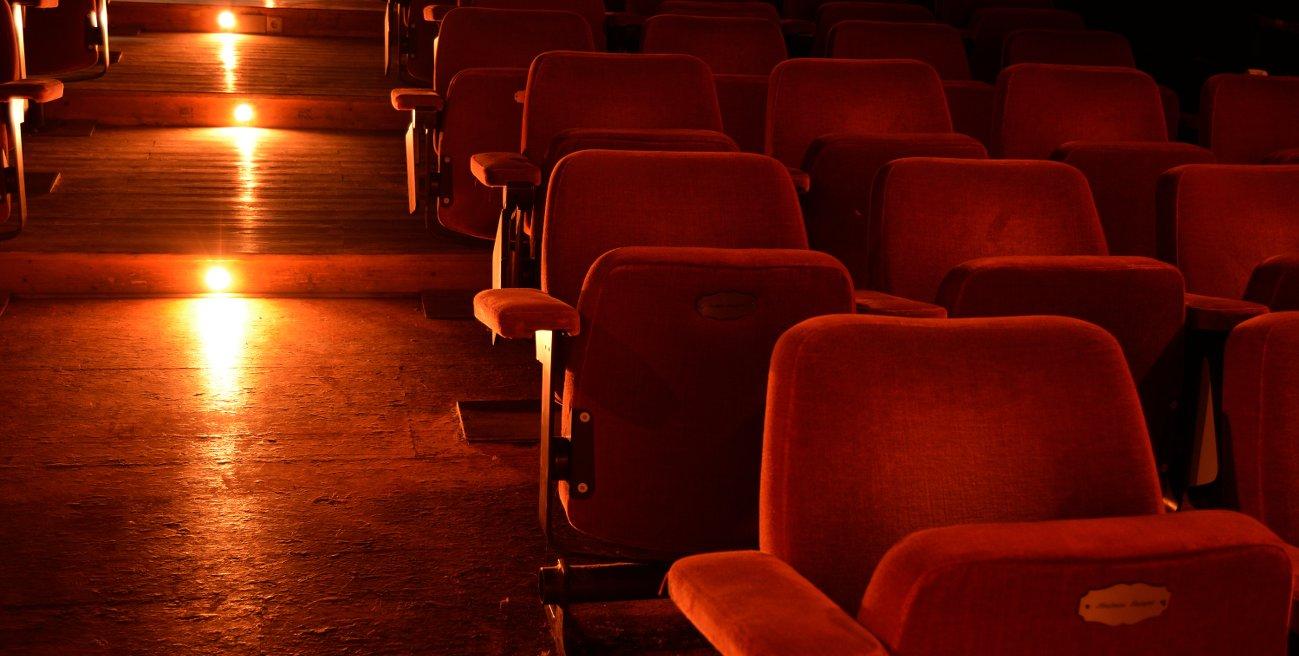 Kinosaal mit roten Polsterstühlen im Zebra Kino