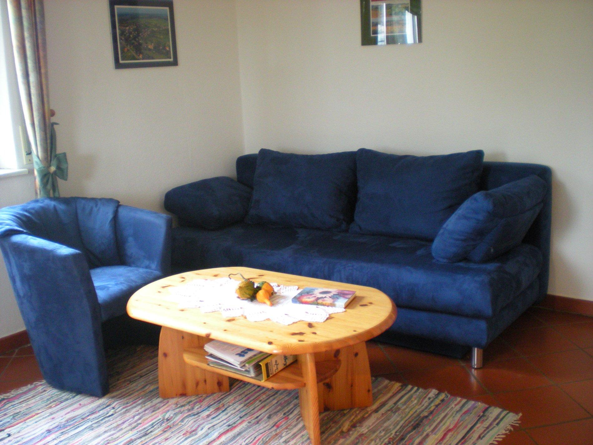 Blaues Sofa mit Holzwohnzimmertisch