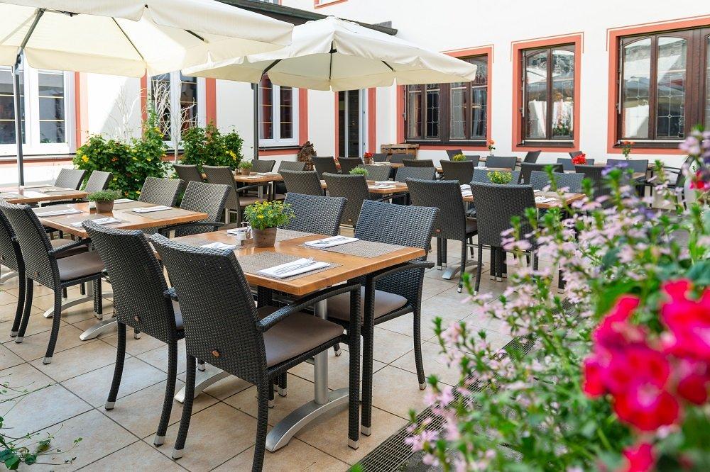 Gemütlicher Außenbereich vom Restaurant im Bayerischen Hof Freising