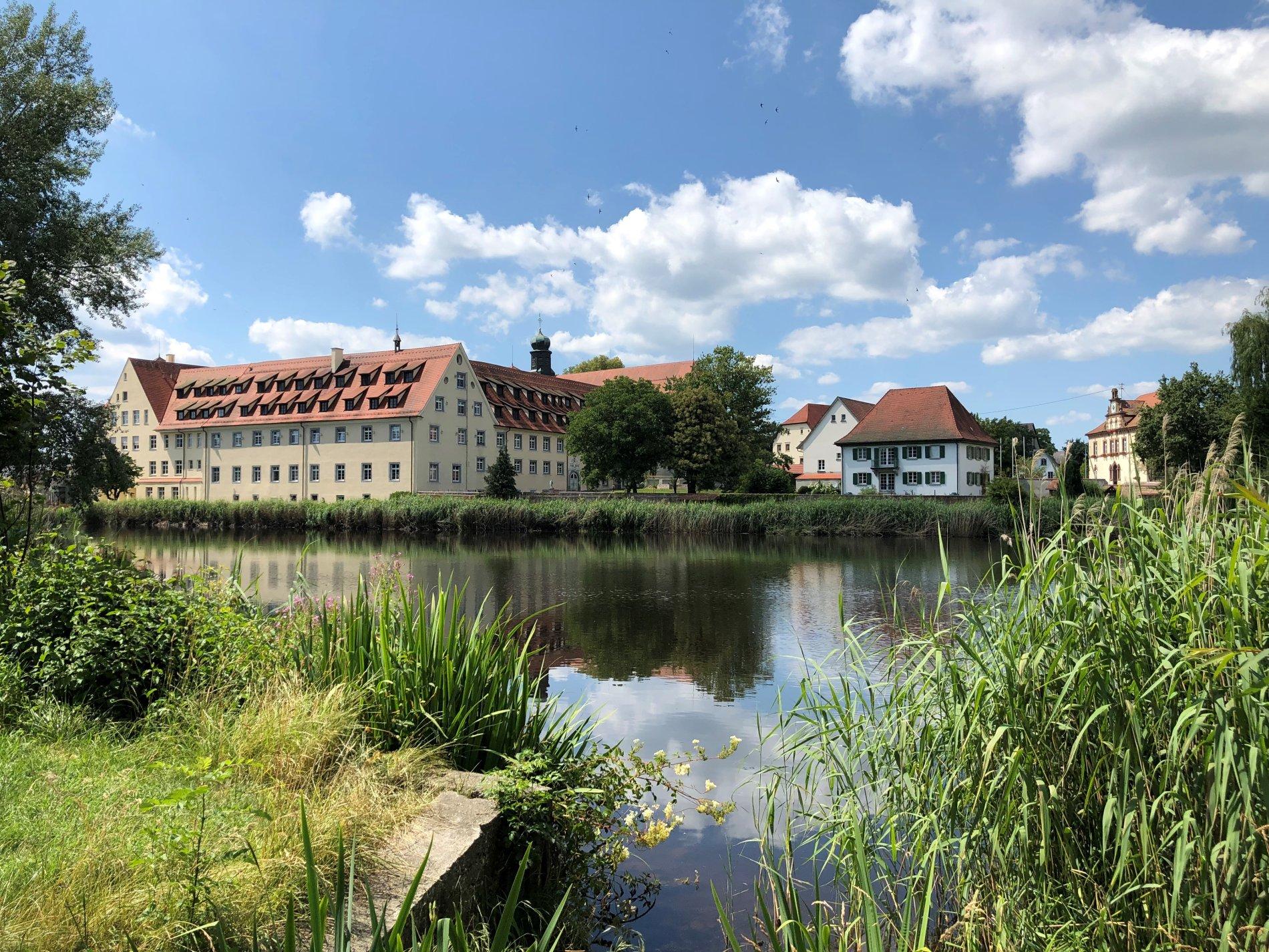 Klosterweiher mit Kloster und Rathaus im Hintergrund