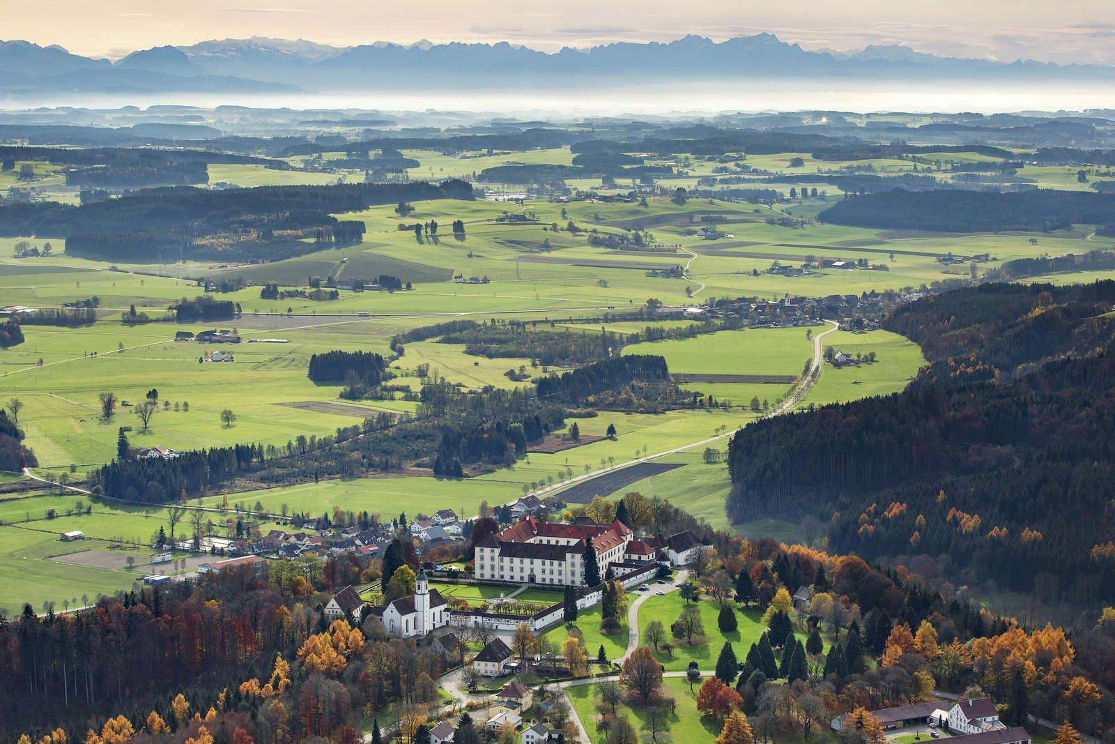 Luftbild von Schloss Zeil im Herbst