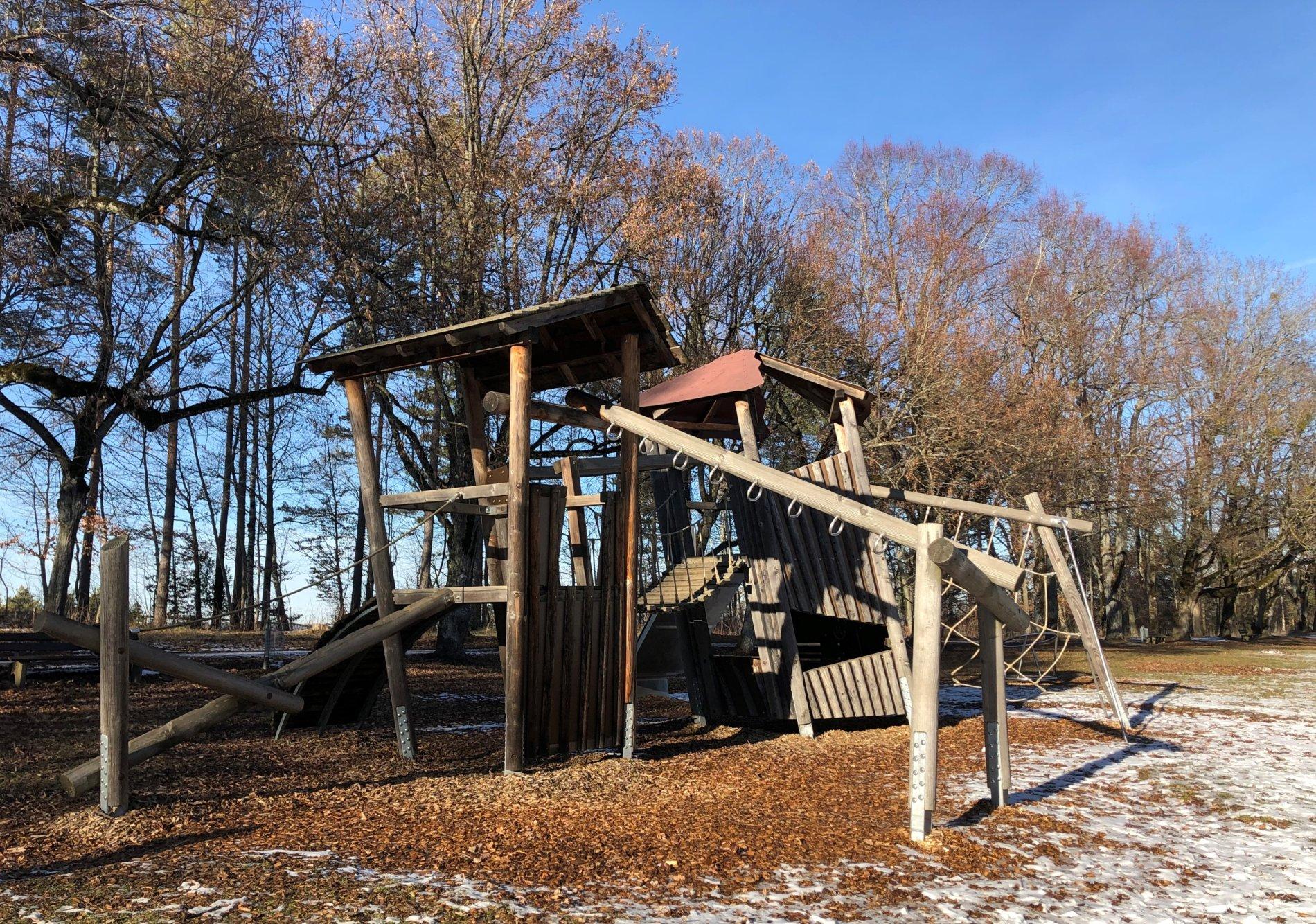 Klettergerüst auf dem Spielplatz Heuberg