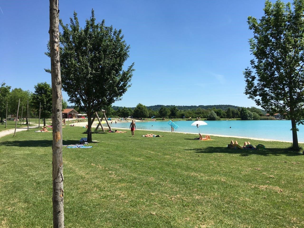 Liegewiese und See im Aquapark Moosburg