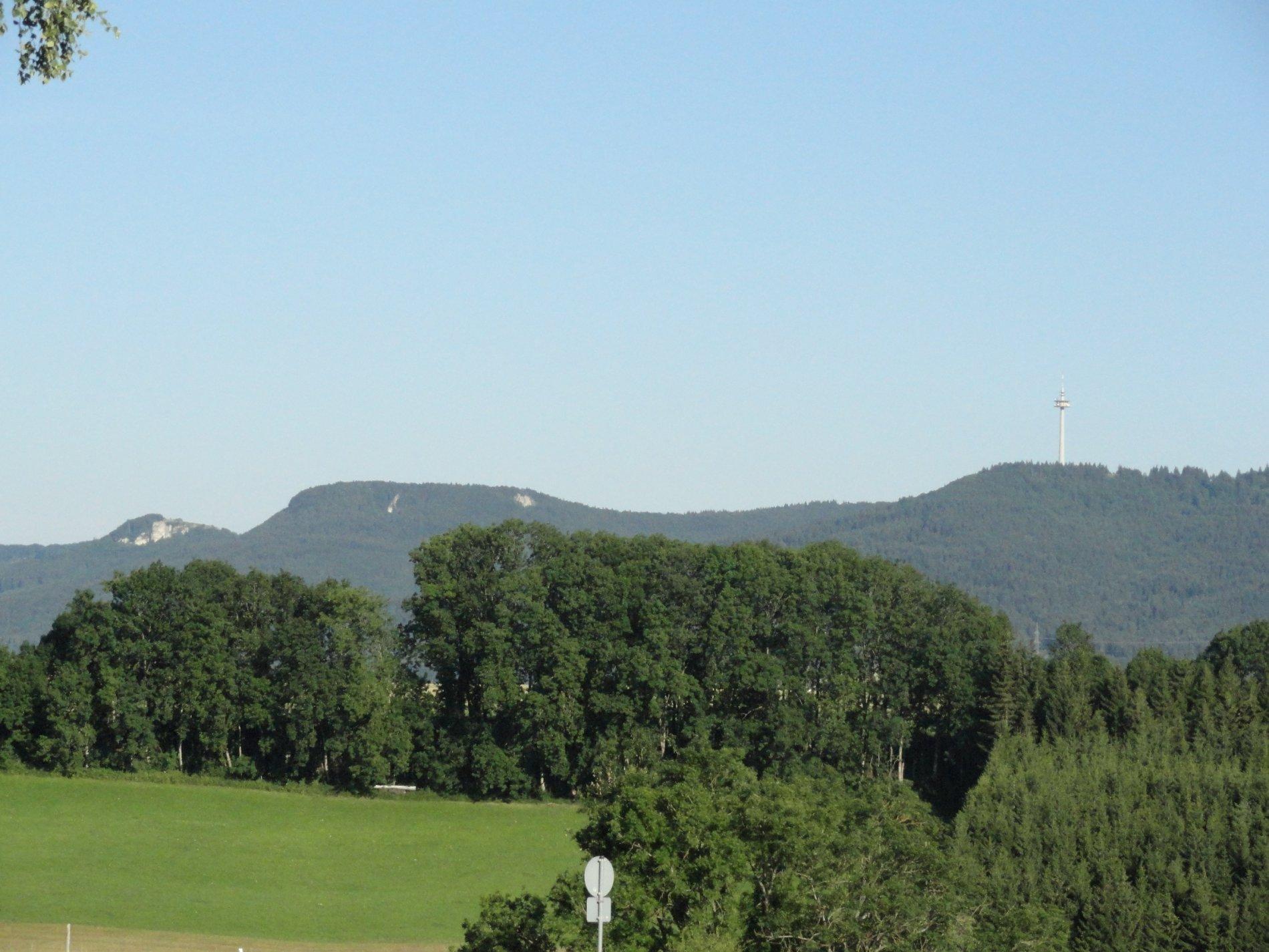 Blick auf Täbingen und die höchsten Berge der Zollernalb mit dem Fernmeldeturm Plettenberg