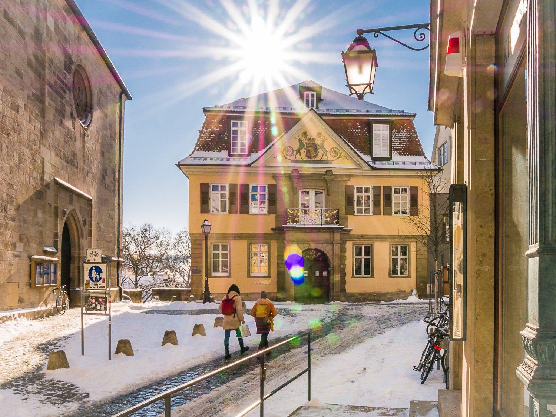 Blick auf die Alte Aula an einem winterlich verschneiten Sonnentag