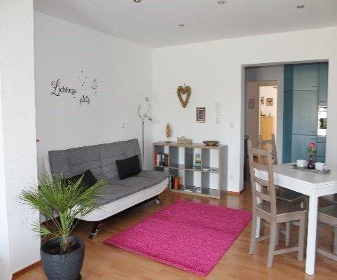 Wohnzimmer mit Couch und kleinem Esstisch