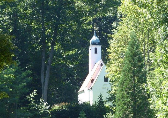 Rückansicht der Waldkirche St. Clement im Weltwald Freising im Kranzberger Forst