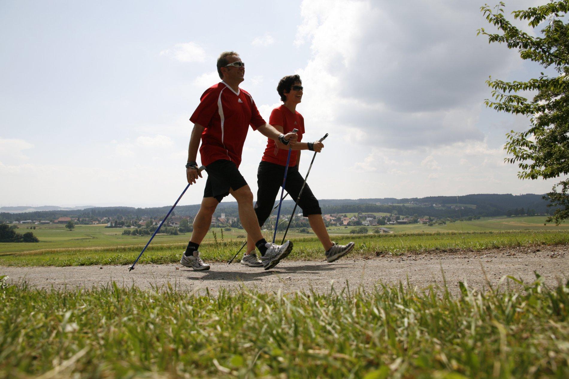Paar beim Nordic-Walking