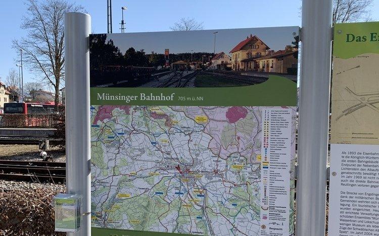 Wanderparkplatzschild mit Prospekthalter.