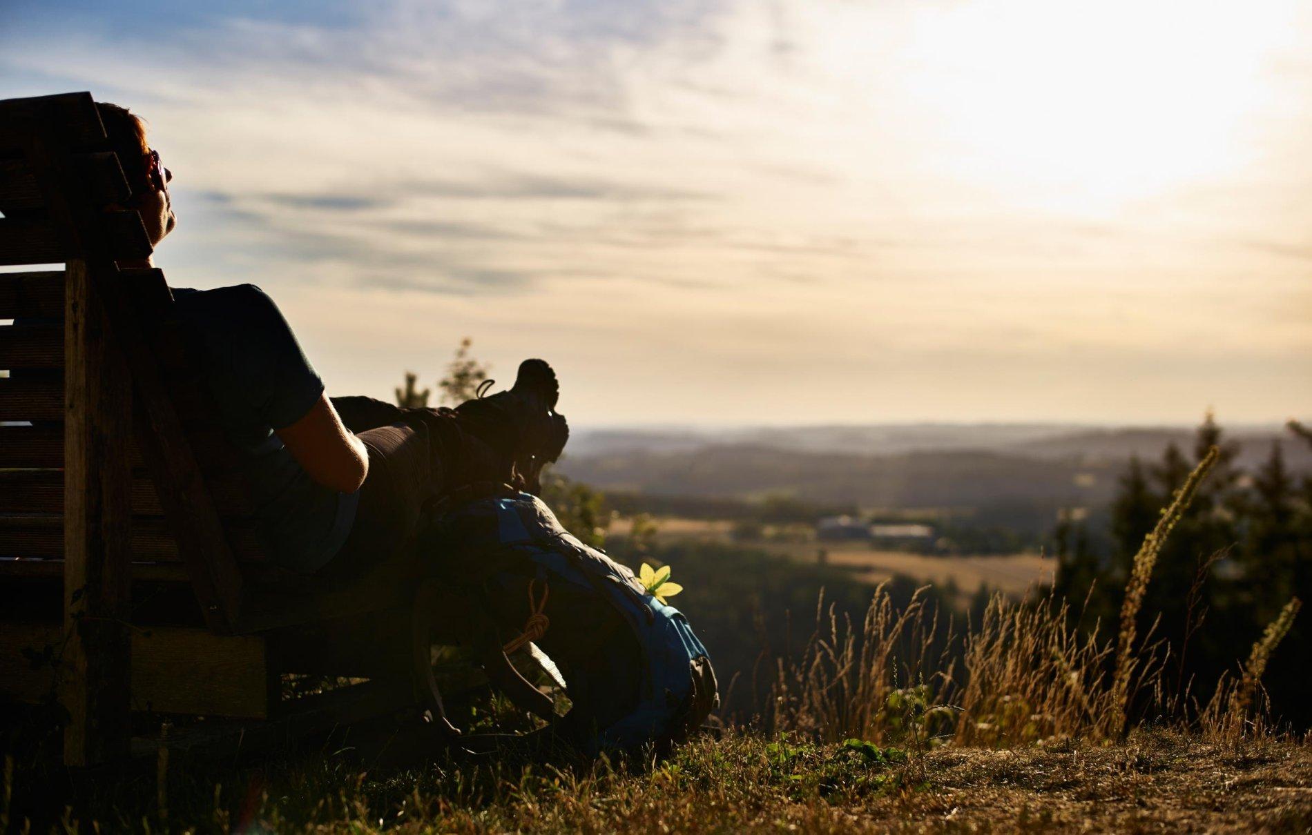 Wanderpause mit Blick vom Döbraberg bei Sonnenuntergang