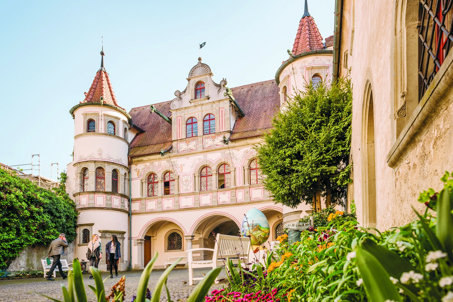 Farbenfrohe Außenfassade des Konstanzer Rathauses