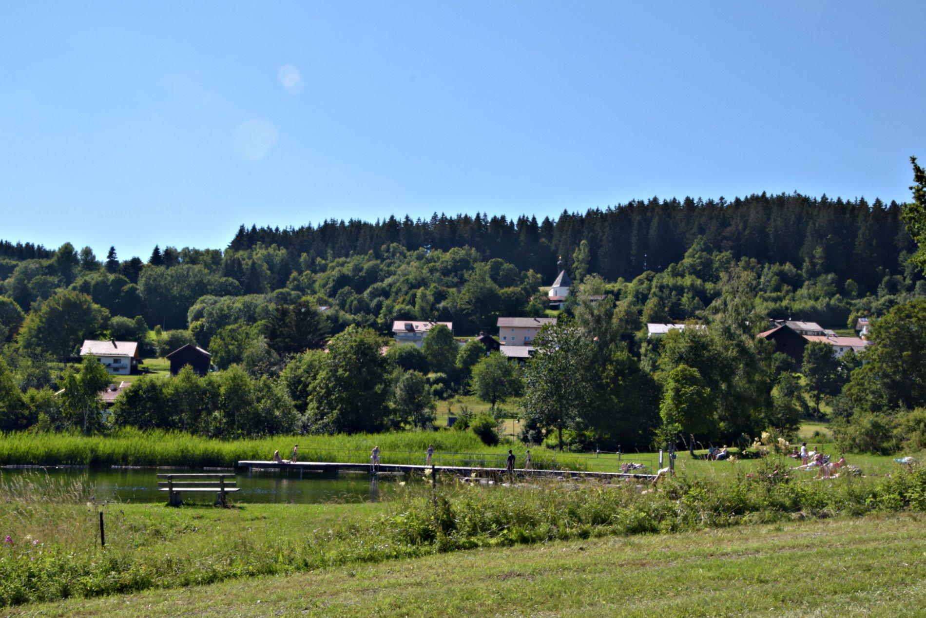 Kurpark mit eBike-Ladestation und See